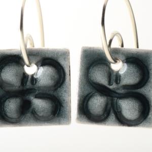 Granitfarbene Ohrhänger, emailliert, carré mit unverwechselbarer Prägung