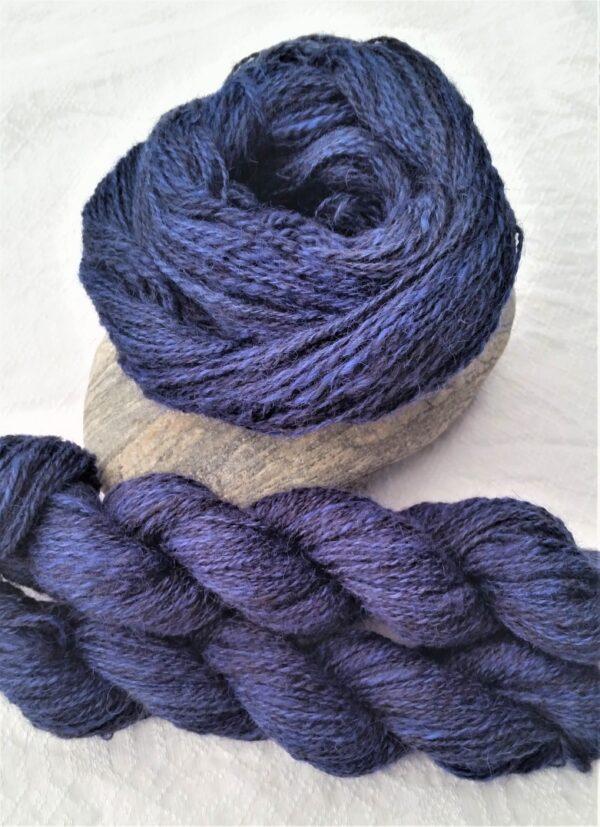 Islandwolle blau handgefärbt handgesponnen