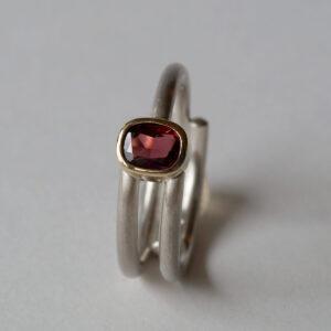 925 Silberring mit einem rotem Granat in einer 750 Goldfassung