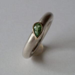 Silberring mit grünem Grossular, Granat in einer 750 Goldfassung